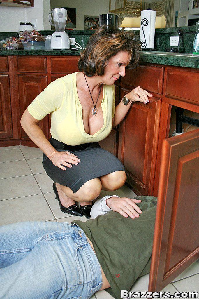salope abusee elle allume le plombier