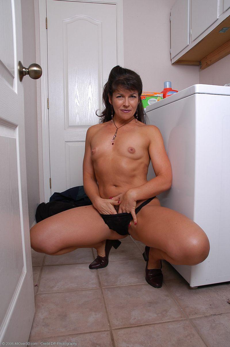 Maman est encore nue sous son tablier - coquinetvcom